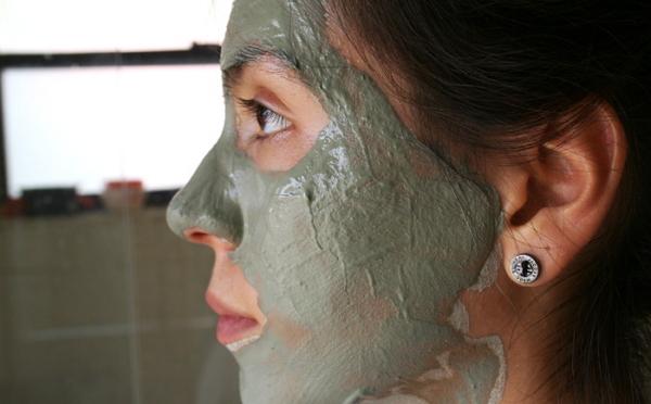 Девушка с глиняной маской