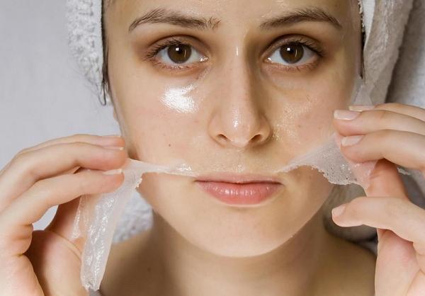 Процесс снятия желатиновой маски с лица