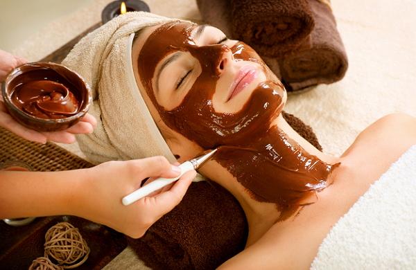 Растопленный шоколад на лице