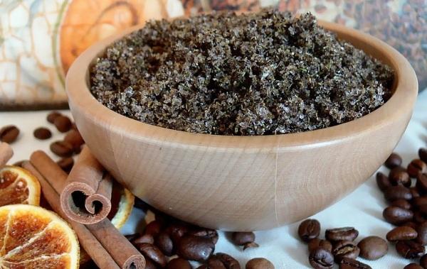 Кофейные зерна и палочки корицы