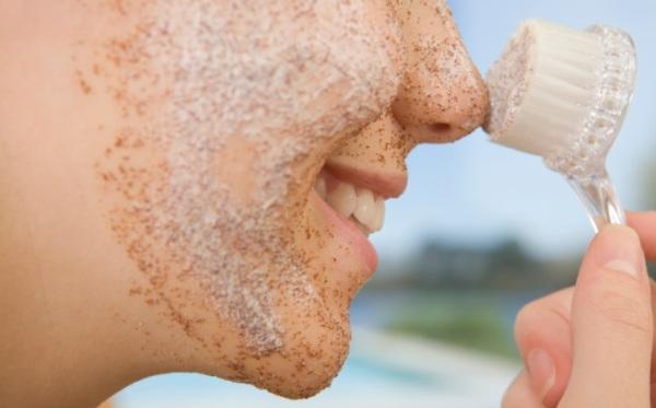 Частички скраба на лице