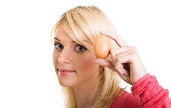 Девушка с яйцом в руках