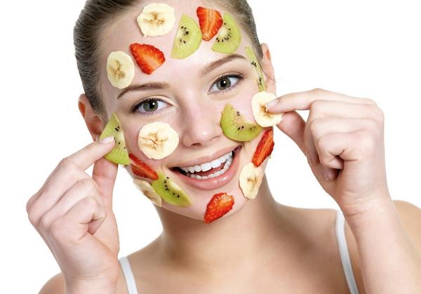 Кусочки ягод на лице