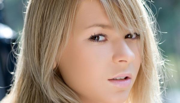 Блондинка в солнечный день