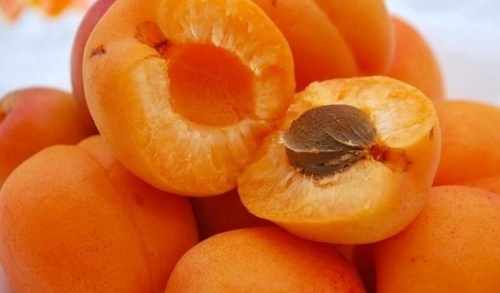 Разломленный абрикос