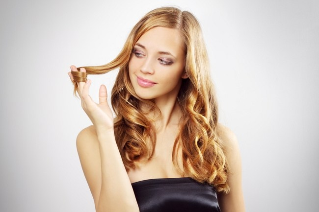 Блондинка с локоном в руках