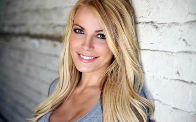 Блондинка у каменной стены