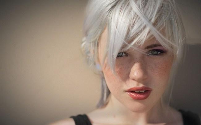 Канапатая блондинка