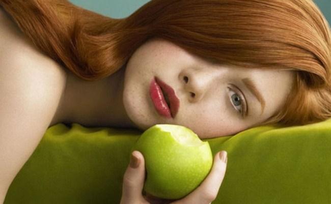 Рыжая с яблоком