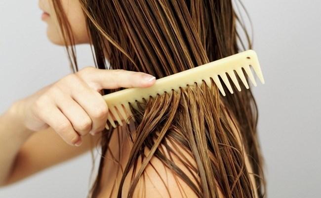 Расческа во влажных волосах