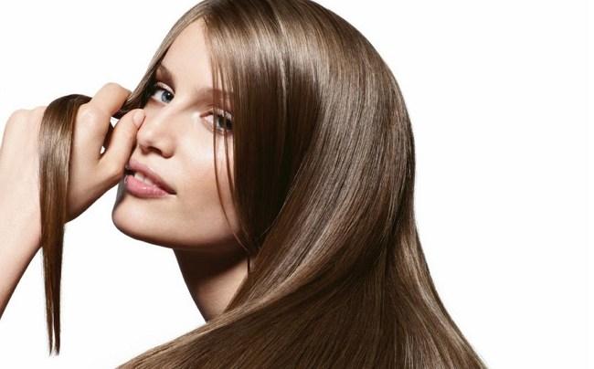 Прядь волос у щеки