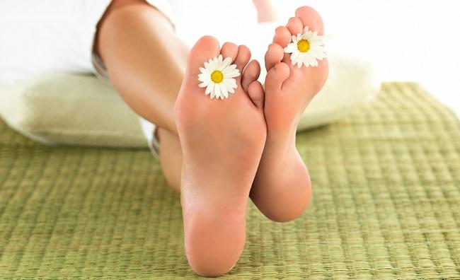 Цветы между пальцев
