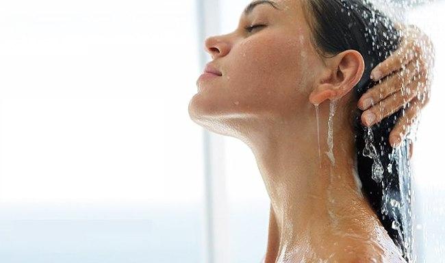Струи воды на лице
