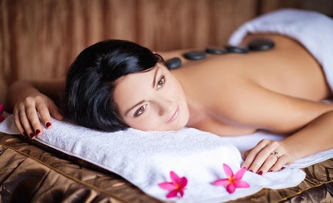 Девушка на сеансе массажа