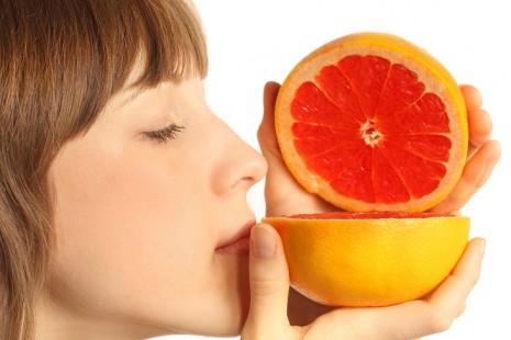 Девушка с грейпфрутом