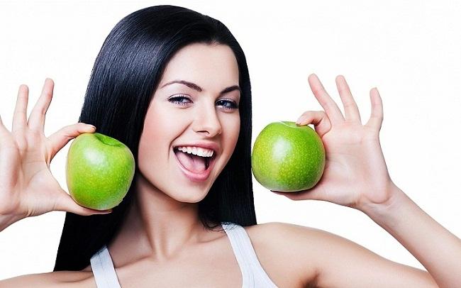 Девушка с яблоками