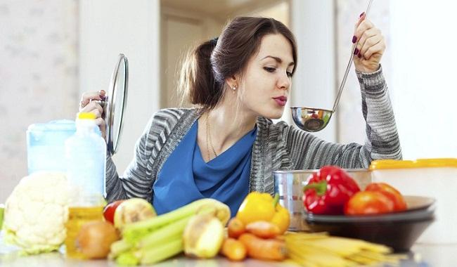 Девушка варит суп