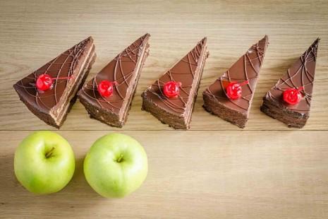Пирожные и яблоки