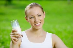 Девушка с молоком