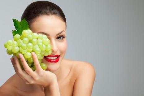 Девушка с виноградом