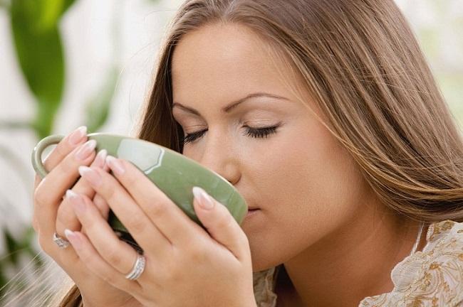 Девушка пьет молокочай